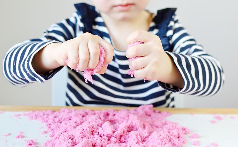 Fetita striveste nisip kinetic roz